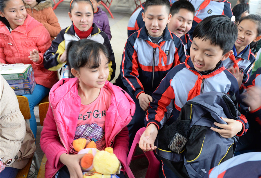 2014年3月5日,在广西南宁市盲聋哑学校,民主路小学学生与盲聋哑学校的
