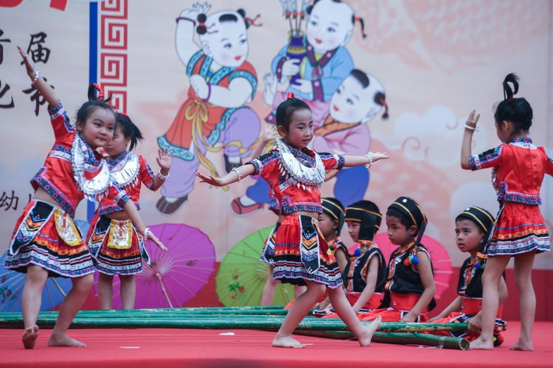 孩子们在表演民族舞蹈. 新华社记者 徐昱 摄