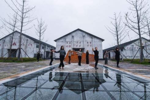 12月20日,村民们在旧粮仓改建的文体中心前排练广场舞。.jpg