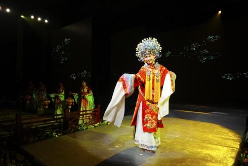 在广西桂林市,演员在《桂林有戏》中表演(10月25日摄)。《桂林有戏》是集桂剧、彩调、文场、大鼓、弹词等多种地方特色表演形式于一体的桂林戏曲综合演出。.jpg