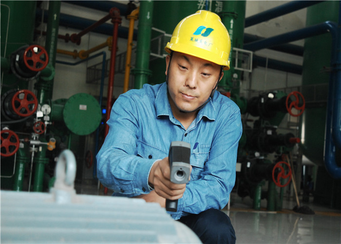 图片四:好人王飞对所辖设备电机进行测温。图片来源:莱芜文明网.jpg