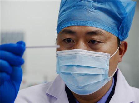 1月20日,杨兴兵在DNA实验室做硅藻实验。_副本.jpg
