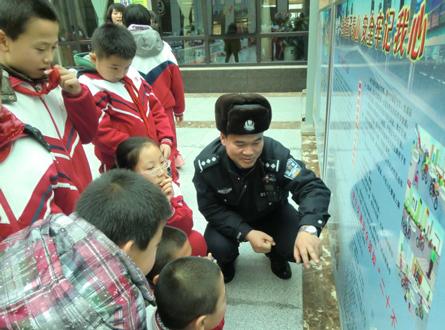 李文普作为校外辅导员在为学生讲解交通安全法.jpg