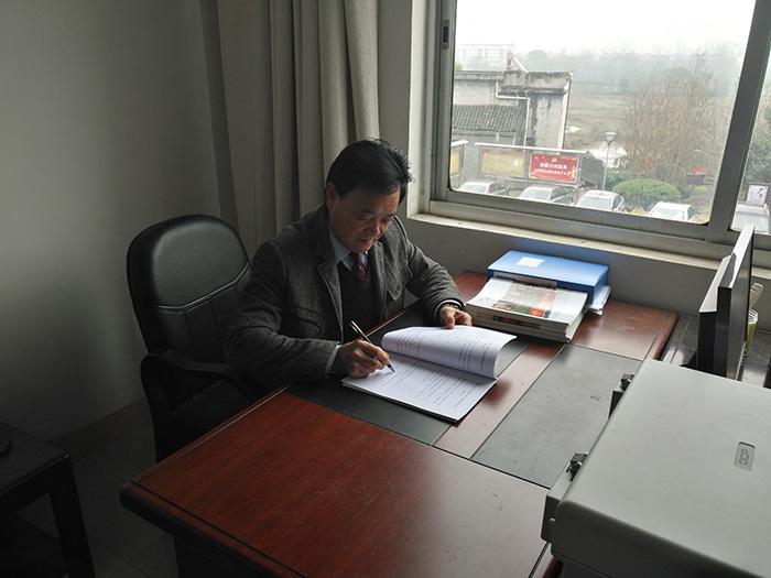 2017年11月22日,谢赞坚查阅商会资料。图片来源:湘潭县文明办.jpg