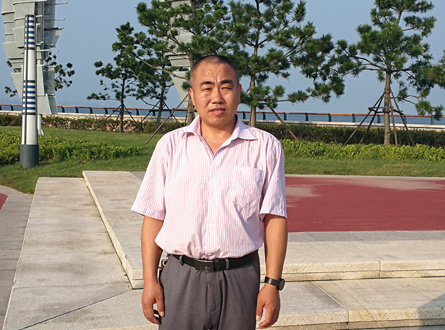 刘洪海在青岛海滨。.jpg