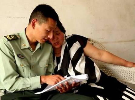 车祸后陆磊在家里教妻子认字.jpg