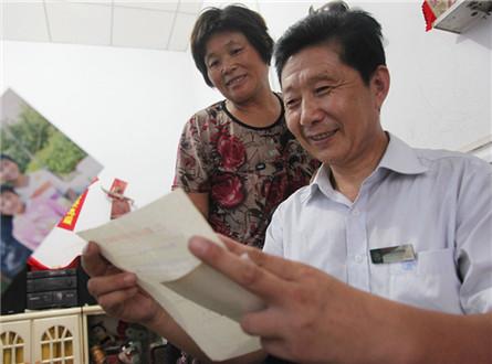 """李明强和妻子一起读""""女儿""""的来信_副本.jpg"""
