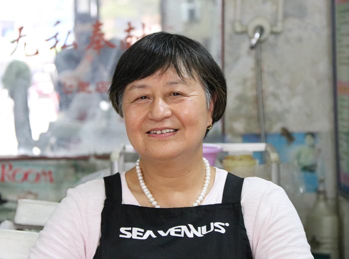 齐凤玲在自己的理发店。魏都区文明办-刘东伟-摄.jpg