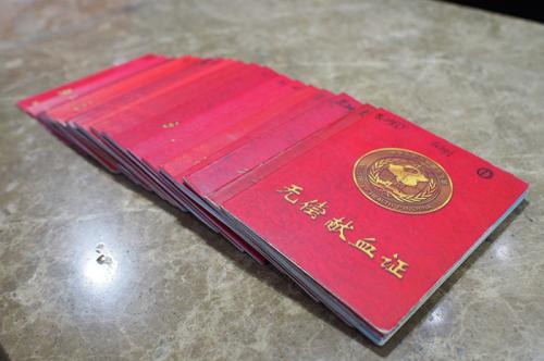 袁亮坤一家积极参与无偿献血,共计领取了14本献血证。图片来源:长沙文明网 记者 陈宇 摄.JPG