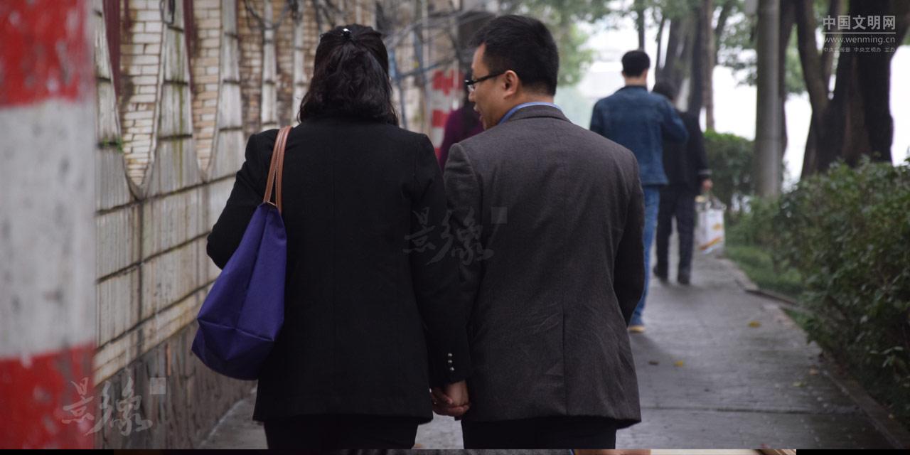 7-从医院出来,夫妻二人走路去接他们的儿子熙熙。.JPG