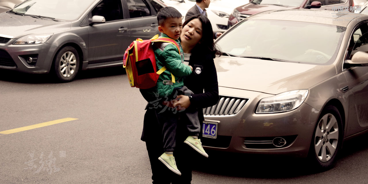 4-每天吃完早饭,罗华要带着小朋友穿越几条繁忙的马路,送他去上学,这是她忙碌清晨的一部分。.JPG