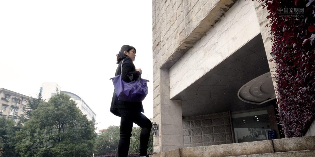 2-罗华,谭辉的妻子,湖南省人大法制委工作人员,虽然她和丈夫聚少离多,但她嘴上从不抱怨。.JPG