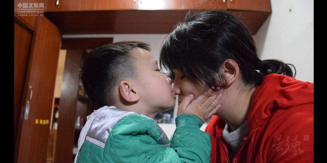 13-但似乎察觉到了妈妈的眼泪,熙熙试着亲吻妈妈,让妈妈获得一些安慰。.JPG