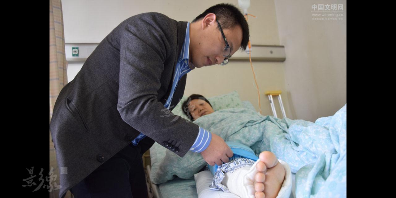 5-听说妈妈住院手术的消息,罗辉从重庆赶回来探望,这个小家庭获得了一次珍贵的团圆。.JPG