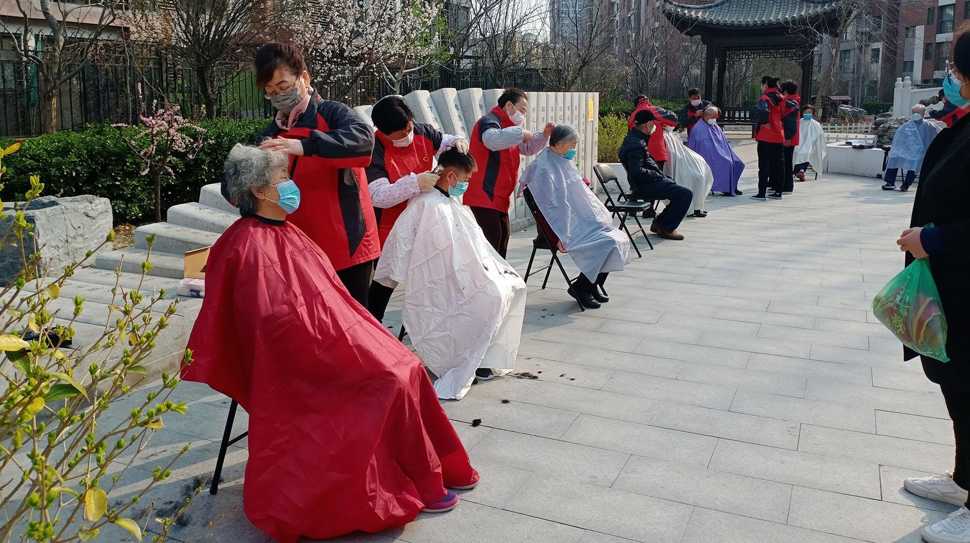 五常五送志愿者义务为社区老人独居、空巢老人理发.jpg