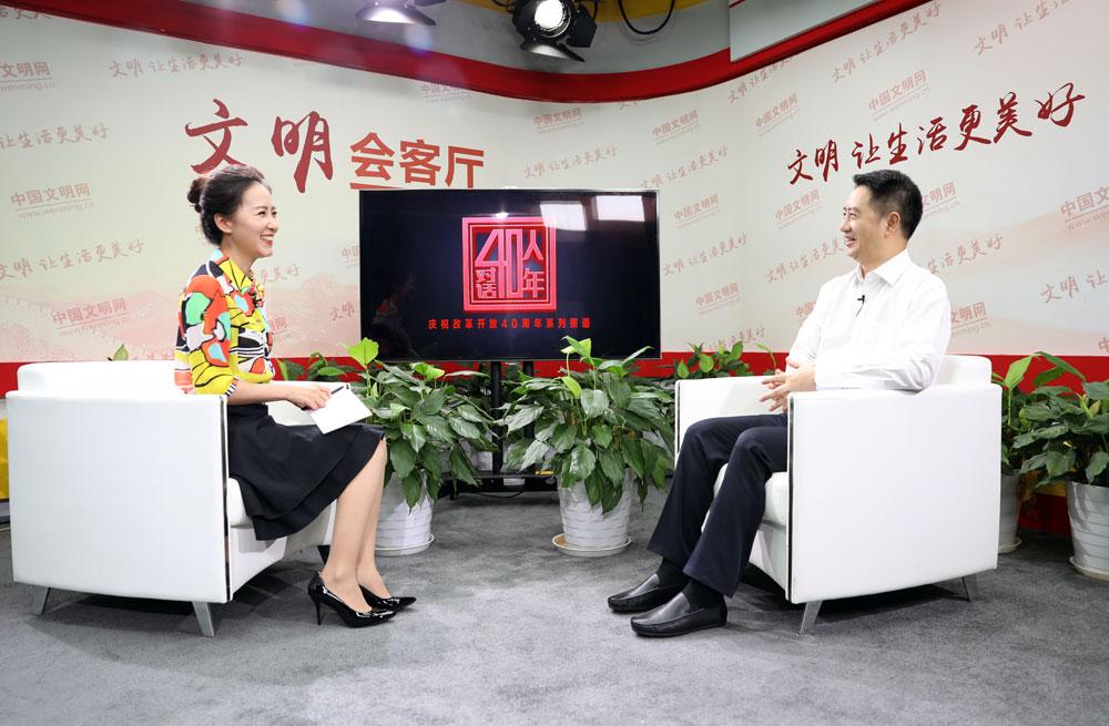 主持人和嘉賓在做采訪前的溝通。中國文明網-段琳玉-攝.jpg