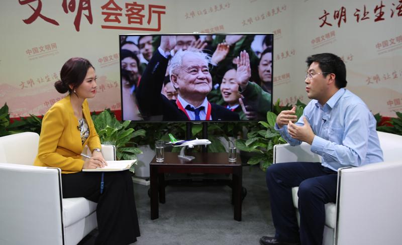2中国商飞试验验证中心常务副主任、C919主任设计师王鸿鑫接受《40人对话40年》栏目专访2。中国文明网 朱丽晨 摄.jpg
