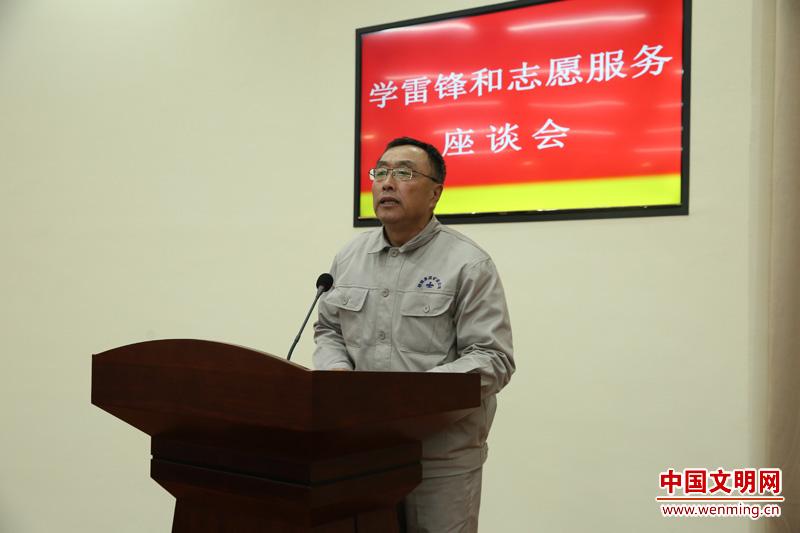 座谈会上,抚顺市雷锋纪念馆馆长李强作交流发言.