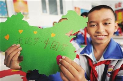 市九小学生在手工课上展示自己制作的